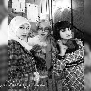 "Monday, Sept 28th, 2015-----🍕🍝🍕 #1950s #Amekaji #Retro #Fashion #Style by #JFashionJumpers --- #Indonesian #Japan #FashionCommunity at @milanpizza #milanpizzeriacafe Margonda - Depok 🍕🍝🍕 Yuhuuu!... hari ini @mineko_shirota @lemoika & #heztyharajuku lagi meeting ngomongin next project berkaitan dengan momentum @indonesiafashionweek .Sekalian aja dandan gaya 50's era karena suasana lokasinya yg mendukung. Sayangnya pencahayaannya kurang bagus untuk foto2, jadi banyak foto yg blur/ pecah ---> kudu beli cam pro nih haha! 😄 Referensi gaya 50's yang ok salah satunya ada di film "" #grease "" yang dibintangi John Travolta . Stylenya simple, ga banyak detail. Motif #pleads... #pearls ... kacamata berbingkai tebal ...dan #bandana yg diiket simpulnya di atas kepala merupakan ciri yg paling kuat. Untuk make up, bisa contek gayanya Audrey Hepburn, Liz Taylor dan Marilyn Monroe; bentuk alisnya tegas, red lipstick dan smokey eyes bisa diandalkan untuk gaya Amekaji  Retro 50's 😉 #stylishtraveler 👘👒🌹 #OOTD #modestfashion #coveredstyle #headscarf #scarf #scarfstyle #ClozetteID @clozetteid #instafashion #instabeauty #retrolook #retrostyle #timetraveler"