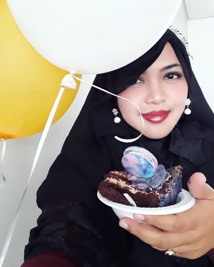 "LATEPOST: Sat, April 14th, 2018---- 👼💋💗🎂🎁HBD, Dedek Dara yg ke-1!... Semoga jadi anak yg shalehah... tambah cantik... barakallah!... Semoga cepet dpt ""teman seangkatan"" yg baru dari Bubu dan Pupu yaa... amiin yra... 😇 btw kue tar macaroon ungunya enaakk 😍-----#clozetteid #birthdaygirl#babygirl#familytime#birthdayparty#BALOON#tart"