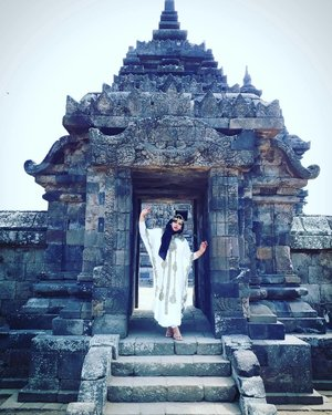 LATEPOST: Saturday, August 19th, 2017--- 🗼🌞🎎 Pulang dari sini tangan langsung belang! 😂😂😂 sampai sekarang! - - Mau tahu candi paling romantis itu yg mana? Jawabannya: #CandiPlaosan . Serius! Bahkan sebelum tahu kisahnya aku sudah baper duluan sama suasana di #Candi ini. ❤ Candi ini dibangun bersama oleh Raja #RakaiPikatan yg beragama #Hindu dan Putri #Pramudyawardhani yg beragama #Budha . Candi ini #kembar berdampingan dan memiliki ciri campuran Hindu dan Budha. Banyak puing yang belum disusun dan letaknya di area persawahan. Cenderung adem dibanding kompleks candi lainnya. - - - - Theme : The #Queen in #Romance Inspired by: #Cleopatra from #Egypt and #HeraGoddess from #Greek Location : #CandiPlaosanLor - #Yogya - - - - - - #clozetteid  #modestwear #kaftan #hijabtraveler #hootd #Yogyatrip #VisitYogya