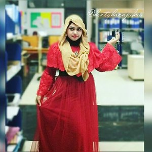 "LATEPOST: May9th, 2016---- My #OOTD #HOOTD as #RedRose #Princess 🌹🍎👑 designed by myself #heztyharajuku 😉 Si Mpok ketakutan karena katanya ""kayak yg di UI"" bergaun merah 👻👿lolz.🌹🍎💕@clozetteid #ClozetteID #modestfashion #coveredstyle #headscarf #scarf #hijabstyle #hijabindonesia #instafashion #fashiongrammer #fashion #fashionvlogger"