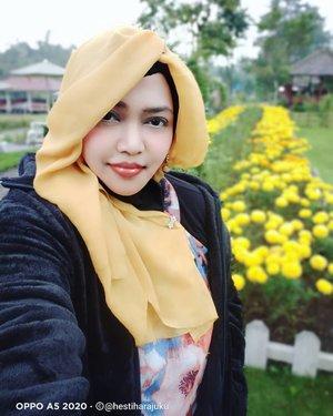 LATEPOST: Lagi masa WFH gini iseng posting koleksi foto yg belum sempat diposting 😝 Sambil inget2 lagi serunya main sama keluarga tercinta at @merapipark.jogja .Stay Safe, Everyone!... ♥️ Aamiin...-----#clozetteid #nhkkawaii #modestwear #ModestFashion #hijabtraveler