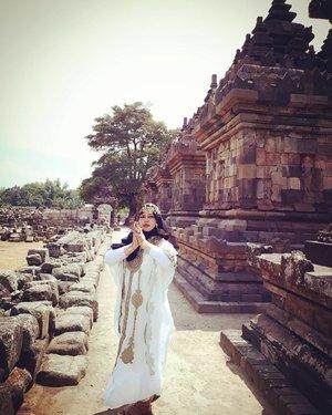 LATEPOST: Saturday, August 19th, 2017--- 🗼🌞🎎 Pulang dari sini tangan langsung belang! 😂😂😂 sampai sekarang! - - Mau tahu candi paling romantis itu yg mana? Jawabannya: #CandiPlaosan . Serius! Bahkan sebelum tahu kisahnya aku sudah baper duluan sama suasana di #Candi ini. ❤ Candi ini dibangun bersama oleh Raja #RakaiPikatan yg beragama #Hindu dan Putri #Pramudyawardhani yg beragama #Budha . Candi ini #kembar berdampingan dan memiliki ciri campuran Hindu dan Budha. Banyak puing yang belum disusun dan letaknya di area persawahan. Cenderung adem dibanding kompleks candi lainnya. - Kalau di Candi Prambanan ada mitos kutukan Loro Jonggrang yg konon bikin pasangan bisa broke up klo dtg ke sana, di sini malah sebaliknya. Mitosnya, yg dtg sama pasangannya ke Candi Plaosan bakal langgeng dan bagi yg jomblo bakal ketemu cinta sejatinya. Azeeekkk 😂😄😆 cieeh... ada yg mesam-mesem tuh sambil bacanya 😜 - - - Theme : The #Queen in #Romance Inspired by: #Cleopatra from #Egypt and #HeraGoddess from #Greek Location : #CandiPlaosanLor - #Yogya - - - - - - #clozetteid  #modestwear #kaftan #hijabtraveler #hootd #Yogyatrip #VisitYogya