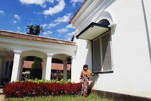 "Thu, July 27th, 2017--- 🌳🌴🌸🏵🌵🍀☘🌱 ""Mi Casa Grande"" 😍🏘🏠🏡 - - - - - 🌲🌱🌳🌿☘🍀🌵🌴🌳 Selesai fisioterapi hari ke -5 di RS Salak Bogor, Aku dan Mama jelong2 ke #Belanda hehehe... ceritanya... inshaAllah nanti benerannya 🙈amiin!... Sambil nunggu Babeh selesai kerja di sana, kami main ke sini... #KebonRayaBogor aka #BogorBotanicalGarden . Menghirup udara segar yg masih bisa ditemuin di #Bogor . 🌳🌴🌵🍀☘🌿🌱🌲 - - - - - - - #clozetteid #hootd #fashion #style #modestwear #modestfashion #headscarf #velvethat #flowerprint #vintagelook #VisitBogor"