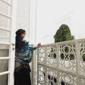 LATEPOST: Aug28th, 2016 ---- This #RatuJodha wasn't waiting for Raja Jalalludin (Akbar) but.... Raja Saefuddin ! --- I guess lolz 😂😂😂 👑💕🏰 This is Taj Mahal ala #Sunter #NorthJakarta , masih KWnya...belum yg asli di #India hihi. Namanya #MasjidRamlieMusofa. Masjid yang #multiculture banget karena arsitekturnya mirip Taj Mahal tapi karena yang mendirikannya keluarga Mualaf Tionghoa Indonesia, di dinding2nya pun ada ayat al Quran yang ditulis dalam bahasa Arab dan terjemahannya dalam bahasa Indonesia juga #mandarin . 😉 👗💕🚃 #clozetteID @clozetteid #modestfashion #modestwear #momanddaughter #HOOTD #fashion #fashiongrammer #instafashion #coveredstyle #headscarf #bollywood