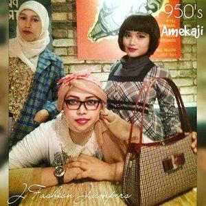 "Monday, Sept 28th, 2015-----🍕🍝🍕 #1950s #Amekaji #Retro #Fashion #Style by #JFashionJumpers --- #Indonesian #Japan #FashionCommunity at @milanpizza #milanpizzeriacafe Margonda - Depok 🍕🍝🍕 Yuhuuu!... hari ini @mineko_shirota @lemoika & #heztyharajuku lagi meeting ngomongin next project berkaitan dengan momentum @indonesiafashionweek .Sekalian aja dandan gaya 50's era karena suasana lokasinya yg mendukung. Sayangnya pencahayaannya kurang bagus, jadi banyak foto yg blur/ pecah ---> kudu beli cam pro nih haha! 😄 Referensi gaya 50's yang ok salah satunya ada di film "" #grease "" yang dibintangi John Travolta . Stylenya simple, ga banyak detail. Motif #pleads... #pearls ... kacamata berbingkai tebal ...dan #bandana yg diiket simpulnya di atas kepala merupakan ciri yg paling kuat. Untuk make up, bisa contek gayanya Audrey Hepburn, Liz Taylor dan Marilyn Monroe; bentuk alisnya tegas, red lipstick dan smokey eyes bisa diandalkan 😉😘 PS:  special thanx to ""Papi Bearnya Minye"" @elef_aresius yg udah megangin camnya haha 😂😂😂 #stylishtraveler 👘👒🌹 #OOTD #modestfashion #coveredstyle #headscarf #scarf #scarfstyle #ClozetteID @clozetteid #instafashion #instabeauty #retrolook #retrostyle"