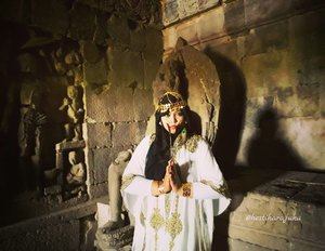 Saturday, August 19th, 2017--- Because #truelove will never die , if your love died then it wasn't the one... 😍 *eaaa 😆 innalilahi... 🗼🌞🎎 Mau tahu candi paling romantis yg mana? Jawabannya: #CandiPlaosan . Serius! Bahkan sebelum tahu kisahnya aku sudah baper duluan sama suasana di #Candi ini. ❤ Candi ini dibangun bersama oleh Raja #RakaiPikatan yg beragama #Hindu dan Putri #Pramudyawardhani yg beragama #Budha . Candi ini #kembar berdampingan dan memiliki ciri campuran Hindu dan Budha. Banyak puing yang belum disusun dan letaknya di area persawahan. Cenderung adem dibanding kompleks candi lainnya. - Kalau di Candi Prambanan ada mitos kutukan Loro Jonggrang yg konon bikin pasangan bisa broke up klo dtg ke sana, di sini malah sebaliknya. Mitosnya, yg dtg sama pasangannya ke Candi Plaosan bakal langgeng dan bagi yg jomblo bakal ketemu cinta sejatinya. Azeeekkk 😂😄😆 cieeh... ada yg mesam-mesem tuh sambil bacanya 😜 - - - Theme : The #Queen in #Romance Inspired by: #Cleopatra from #Egypt and #HeraGoddess from #Greek Location : #CandiPlaosanLor - #Yogya - - - - - - #clozetteid  #modestwear #kaftan #hijabtraveler #hootd #Yogyatrip #VisitYogya