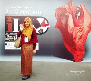LATEPOST : at #ILF 2017 with Prodi #DesainMode #PoliMedia . So much #fun and feel #proud with my students #fashionshow . Wearing #maroon #lacesdress and #golden #ethnicskirt for this #specialevent . - - - - - - - #clozetteid #hootd #fashion #style #modestwear #modestfashion #hijabstyle #stylecovered #headscard #IndonesiaFashion