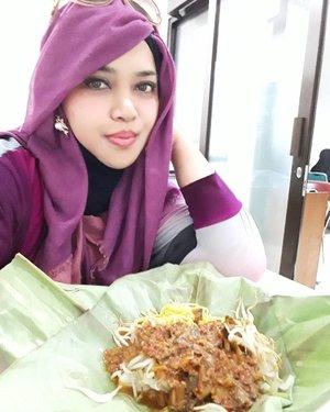 Thu, August 10th, 2017--- Dari RSPAD jenguk bi Fat langsung cuz ke RS Salak  #Bogor nemenin Babeh kerja sambil makan #TogeGoreng hehehe... 🍲🍜🍛 ittafakimasu! - - - - - - - - #clozetteid #hootd #visitBogor #foodie #headscarf #coveredstyle #wiskul