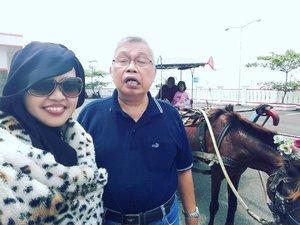 Jan 20th, 2017---- 🎶Pada hari Jumat kuturut Babeh ke desa...Naik delman istimewa kududuk di blakang... tak mau di samping Pak kusir yg sedang bekerja... mengendarai kuda supaya baik jalannya hey!... tuk tiktak tiktuk...tiktak... tiktuk...tiktak tiktuk... tuk tiktak tiktuk tiktak suara spatu kuda 🎶 🐎😄 at #Losari #RailwayStation #Cirebon #WestJava. Visiting family with Babeh. 🚄🚂🚈 #hijabtraveller #backpacker #traveling #clozetteID #ootd #ootdmodest #stylishmodesty #headscarf #modestwear #modestfashion #travelingstyle