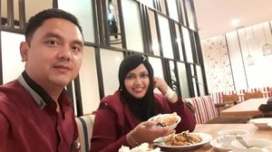 LATEPOST: Monday, August 6th, 2018 --- Day 1: Training calon Asesor #PoliMedia with BNSP at @hotelpermata #HotelPermata #Bogor. 🍛🥗🍲Daku n hubby @erdin.saef at #dinner yumm... 🍲🥗🍛--Our #OOTD Day 1 : #BlackMaroon❤💗❤💗❤💗Hari pertama udah langsung lembur trainingnya dari jam 3.30 pm until 11.30 pm! 😵😩 taihen desune... 💗❤💗❤💗❤#clozetteid#nhkkawaii#modestfashion#couplegoals
