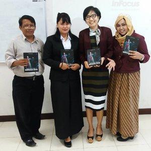 Tue, August 30th, 2016--- 🎓📚💕 Mahasiswi yang diuji ini namanya Tiwi, dia menulis buku biografi artis pendatang baru bernama Norman Divo. Tiwi dapet ide ini karena pernah magang di acara pencarian bakat dangdut di salah satu stasiun TV yg hobi bikin ajang pencarian bakat2 📚🎓👍 anyways, hari ini bisa #twinstyle gitu sama ibu Dr.Irene pakai #outer #maroon hihihi... padahal nggak janjian 😄  #lecturers #PublishingPoliMedia #PoliMediaTower #instamoment #student #campus #campuslife #graduation #final #instamoment #clozetteID @clozetteid #HOOTD #fashion #style