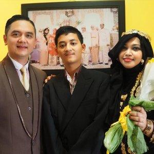 "Tue, August 29th, 2017----🍰🎂🍰🎉🎊 #HappyMilad my (soon to be) #Son : Naufal Fathin ! Barakallah!... sehat selalu, bahagia, sukses dunia akhirat... tambah sayang sama Bapak, sama Bubu juga yaaa... 😘amiin... 🎊🎉🍰🎂 Pagi ini nemanin Bapak ke rumah Bubu mengantar buah2an lalu sarapan di sini bareng Opa dan Eyang hehehe 💗 - - Alhamdulillah ya, nanti #PrincessSensei langsung jadi #Mahmud cantik yg punya anak bujang ganteng hihihi... Jadi ingat dulu waktu waktu ditanyain teman2 yg mulai ribut nanya: ""Hes, lu kpn kawin? Kuliah mulu sampe ke Jepang! Anak gue aja udah SD, ntar lagi SMP!"" Dan dengan santainya aku bilang asal aja: ""Nggak pa-pa. Tenang aja... ntar anak lu SMP, anak gue langsung SMA!"" 😂😂😂 Lalu pada bilang aku ngaco hahaha. Memang pada waktu itu aq masih jomblo dan belum kepikiran nikah sama siapa tapi mgkn Allah sudah niatkan aku untuk jadi ""Ibu Sambung"" jadinya keluarlah omongan spt itu. Bukankah semuanya sdh ""ada yang ngatur"" dan tertulis di langit? 😊😇❤ Tidak ada yang kebetulan... hanya terasa seperti kebetulan. Itu! (Nunjuk bak Om MT 😎 - - - - - - #clozetteid  #hootd #birthdayboy #Bridediary  #bridestory #kebayaJogja #kebayabeludru #modestkebaya #kebayahijab"