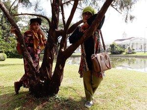 """Thu, July 27th, 2017--- 🌳🌴🌸🏵🌵🍀☘🌱 """"DPR : Di bawah Pohon Rindang"""" 😂😂 atsuii!... atsuii! - - - - - 🌲🌱🌳🌿☘🍀🌵🌴🌳 Selesai fisioterapi hari ke -5 di RS Salak Bogor, Aku dan Mama jelong2 ke #Belanda hehehe... ceritanya... inshaAllah nanti benerannya 🙈amiin!... Sambil nunggu Babeh selesai kerja di sana, kami main ke sini... #KebonRayaBogor aka #BogorBotanicalGarden . Menghirup udara segar yg masih bisa ditemuin di #Bogor . 🌳🌴🌵🍀☘🌿🌱🌲 - - - - - - - #clozetteid #hootd #fashion #style #modestwear #modestfashion #headscarf #velvethat #flowerprint #vintagelook #VisitBogor"""