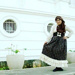 👒👜👠 Sept 12th, 2015 ---- Shopping & #Jakarta #KotaTua #trip with my #sister mineko_shirota . Ojousama / #Princess in #vintagefashion kinda day!... hehe 😉 🌼🌹🌼 Setiap orang punya caranya sendiri untuk refreshing. Untuk aku & Minye, menikmati suasana #KotaTuaJakarta dengan dress up with #vintagestyle itu adalah refreshing yang seru 😉 🌹👒👜 #MuslimahTraveler #MuslimLolita #modestfashion #coveredstyle #headscarf #scarf #kawaiistyle #fashion #style #ootd #ClozetteID @clozetteid #FoodTravelerMinekoHezty #stylishtraveler #TimeTraveler #instatravel #instafashion #JakartaStreetStyle #Dollykei #lolitastyle #stylish #modesty #hijabstyle