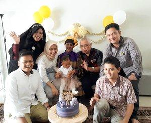 "Sat, April 14th, 2018---- 👼💋💗🎂🎁HBD, Dedek Dara yg ke-1!... Semoga jadi anak yg shalehah... tambah cantik... barakallahu!... Semoga cepet dpt ""teman seangkatan"" yg baru dari Bubu dan Pupu @erdin.saef yaa... amiin yra... 😇-----#clozetteid #birthdaygirl#babygirl#familytime#birthdayparty"