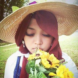 LatePost----Sat, Jan 9th, 2016--- #Himawari #Hime @clozetteid #ClozetteID #fashion #style #modestfashion #coveredstyle #headscarf #scarf #strawhat #flowers #instafashion #fashiongram #fashiongrammer #hijabiandfab @hijabiandfab #modesty #stylish #stylishtraveler #morigyaru #modest #gyaru #kawaiistyle #garden #picnic #Bogor #botanicalgarden