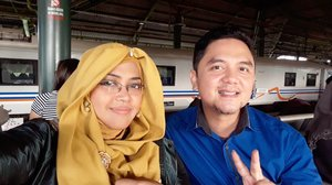 Wed, June 13th, 2018 ---🚞🚄🚅🚆🚇🚉🚈 #MudikLebaran to #Bandung with hubby @erdin.saef , waiting for #KAArgoParahyanganPremium from  #GambirRailwayStation 🚈🚉🚇🚆🚅🚄🚞 1st time mudik after married nih hihihi... degdegan 😂😍🤣 ---- ---- ---- #clozetteid #nhkkawaii  #modestfashion #train #traveling #couple #Lebaran2018 #IdulFitri1439H
