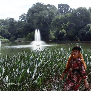 "LATEPOST: Thu, July 27th, 2017--- 🌳🌴🌸🏵🌵🍀☘🌱 ""Bubu berasa kalah gaya sama Eyang !"" 😂😂 - - - - - 🌲🌱🌳🌿☘🍀🌵🌴🌳 Selesai fisioterapi hari ke -5 di RS Salak Bogor, Aku dan Mama jelong2 ke #Belanda hehehe... ceritanya... inshaAllah nanti benerannya 🙈amiin!... Sambil nunggu Babeh selesai kerja di sana, kami main ke sini... #KebonRayaBogor aka #BogorBotanicalGarden . Menghirup udara segar yg masih bisa ditemuin di #Bogor . 🌳🌴🌵🍀☘🌿🌱🌲 - - - - - - - #clozetteid #hootd #fashion #style #modestwear #modestfashion #headscarf #velvethat #flowerprint #vintagelook #VisitBogor"