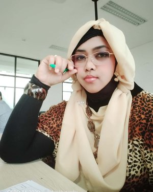 LATEPOST: January 30th, 2020----💯👩🎓👩🏫👗👒👖👕👢👓📒 #SeminarProposal #TugasAkhir #DesainMode #Polimedia angkatan X. Paginya alhamdulillah sempat masuk kelas Sejarah Mode Dunia dulu,  kasih tugas hihi...----#clozetteid #leopardouter#animalprint#ModestFashion #modestwear #hijabstyling#ootdoffice