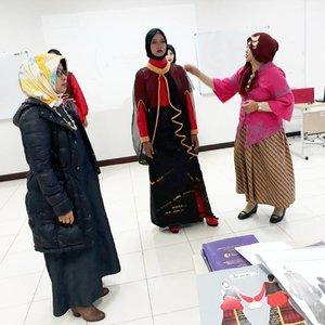 "Thu, August 24th, 2017---Alhamdulillah... sidang TA 2017 #ProdiDesainMode #PoliMedia akhirnya selesai jugaah.. inilah tim penguji #desain ""Secret Beauty"" karya Odel yg terinspirasi oleh sebuah tarian dari Makassar : #HestiSensei sbg Ketua Penguji, dan Ibu Wesnina sbg Penguji I juga Ibu Ingrid sebagai Penguji II 😎 Congratz Odel! Akhirnya ada #modestwear juga tahun ini 😍😍😍 - - - - - - - #clozetteid #hootd #modestfashion #kebaya #batikskirt #headscarf"