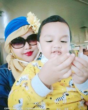 LATEPOST: #mybabyboy💙 Artanabil ,(2 y.o) , kalau dipangku udah nutupin Mommynya aja hehe... 😘❤️ MashaaAllah Tabarakallah!-----#parentinglife #Momandson #clozetteid #nhkkawaii#kawaiimomandbaby