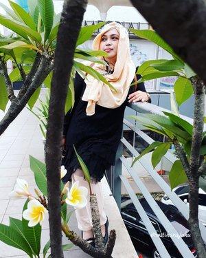 "Thu, June 22nd, 2017--- #Ngabuburit #Ramadhan2017 !... photo taken by @meilina_kurniawati . Thank you ya, Mei! 😘 kata Mei: ""Sensei sekarang mainnya 'framing' yaa"" hahaha. Iya nih, gara2 @lemoika yg ngajarin photo framing style 😂😂😂 - - - - - - - #clozetteid #fashion #style #hootd #modestfashion #modestwear  #CibuburJunction #foodhunter #foodtraveler"