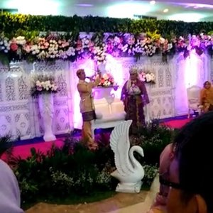 LATEPOST: Saturday, November 18th, 2017 ---👰 #lovepoetry for me from my #hubby hihihi... heboh banget... puisi cinta tentang Maung Meong , Macan dan Singa 😻💜😺 ... thank you so much dear @erdin.saef ... --- #WeddingReception at #MasjidAgungAttin #TMII #JakartaTimur ... #JanjiSuci #HestiErlanWedding #181117 ------#clozetteID #nhkkawaii #KawaiiReporterWedding#HestiHarajuku#modestwear#muslimwedding#purplexgoldparty#hootd#muslimbride