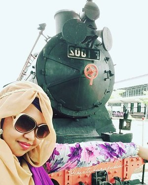 "Jan 30th, 2016---- #muslimahtraveler #diary : #Ambarawa #Railway #Museum . I loove #train, #history & museum !... ""Kiri, Baaaang!...Kiriii!!..."" 😂😂😂 Sudah lama banget pengen kesini. Meski nggak sempet nyobain keliling dengan #keretatua nya karena harus buru-buru cuzz ke Yogya, tapi lumayanlah buat ngobatin penasaran hihihi... sebelumnya sempat mampir di Masjid Agung anyways. My #ootd is just a simply #vintage #flowerprint#longdress with #purple #pashmina & #retro #sunglasses. 😎🚆🚈 #keretaapiindonesia #kaimoment #indonesianheritage #visitAmbarawa @clozetteid #ClozetteID #holiday #stylishtraveler #modestfashion #coveredstyle #headscarf #scarf"
