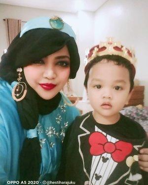 Sat, April 17th, 2021--- Artanabil (2th) and Mommy at Anandara tasyakur milad 4th. Temanya Princess Aurora, so... Mommy Bubu as #PrincessJasmine and Ar becoming a king hehe... Actually itu mahkotanya raja masih kegedean jadi diakalin sama Mommy, di dalamnya pakai Peci Mesir warna merah 😂😂 supaya Ar juga lebih nyaman makainya 😉❤️----#parentinglife#momandson#costumepartyMomandSon#Ramadhan2021#nhkkawaii#clozetteid