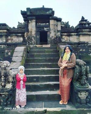 "LATEPOST:  #Kebaya #photoshot with ""#SeorangPutri "" bernama Feliza (3 y.o) 😘♥️Thanks to Mafel @dewirahmawati29 as the #photographer 😘♥️----#familytrip #Familygathering #happymoment #clozetteid #ModestFashion #modestwear #momandbabyootd #Javanese"