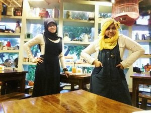 "LATEPOST: September 8th, 2016 ---- We try hard to looks like #twin hahaha 😂😂 Namun apa dayaaa... yg satu ""muka glodok"" & satunya lagi ""muka Passer Baroe"" 😂😂 meski bajunya mirip, tampangnya jauuuuhhhh... 😂😂 #clozetteid @clozetteid #sista #twinstyle #fashion #style #modestfashion #modestwear #coveredstyle #hijabstyle #scarf #sagookitchen #margocity #fashiongrammer #retro #denim #overall"