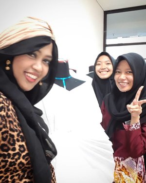 Thu, May 24th, 2018--- Bersama cewek2 #Desmodian yang rajin bangun pagi sudah ngoprek #manequin 😍💖 Ummu dan Salsa , the next #Indonesian #FashionDesigner 😘💖🎓👗 - - - #clozetteid  #nhkkawaii  #hootd #campuslife  #PoliMedia  #DesainMode #turban #modestfashion #modestwear