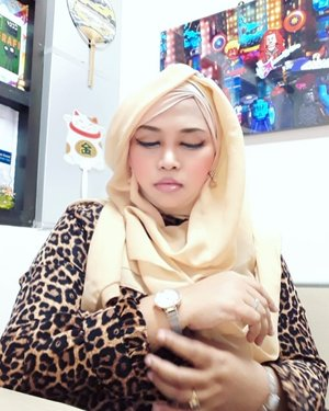 LATEPOST:  I hate waiting for nothing, guyz. Be on time yaa... 😎 ---#nhkkawaii#clozetteid #hootd#modestwear #modestfashion #leopard#animalprint#nudemakeup#lecturer