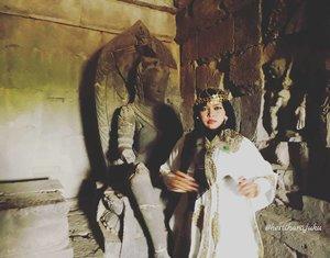 LATEPOST #GAMON 😂😂 Saturday, August 19th, 2017--- I am the #Queen ! 🕯👸👑 🗼🌞🎎 Mau tahu candi paling romantis yg mana? Jawabannya: #CandiPlaosan . Serius! Bahkan sebelum tahu kisahnya aku sudah baper duluan sama suasana di #Candi ini. ❤ Candi ini dibangun bersama oleh Raja #RakaiPikatan yg beragama #Hindu dan Putri #Pramudyawardhani yg beragama #Budha . Candi ini #kembar berdampingan dan memiliki ciri campuran Hindu dan Budha. Banyak puing yang belum disusun dan letaknya di area persawahan. Cenderung adem dibanding kompleks candi lainnya. - Kalau di Candi Prambanan ada mitos kutukan Loro Jonggrang yg konon bikin pasangan bisa broke up klo dtg ke sana, di sini malah sebaliknya. Mitosnya, yg dtg sama pasangannya ke Candi Plaosan bakal langgeng dan bagi yg jomblo bakal ketemu cinta sejatinya. Azeeekkk 😂😄😆 cieeh... ada yg mesam-mesem tuh sambil bacanya 😜 - - - Theme : The #Queen in #Romance Inspired by: #Cleopatra from #Egypt and #HeraGoddess from #Greek Location : #CandiPlaosanLor - #Yogya - - - - - - #clozetteid  #modestwear #kaftan #hijabtraveler #hootd #Yogyatrip #VisitYogya