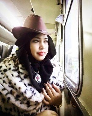 "Sun, Jan 22nd, 2017 --- 👢👞🚅 "" #howdy !... "" Alhamdulillah... home sweet home. Back to Jekardah again... and cuzz to Depoc hihihi... Sampai rumah disambut Mama yang bengong lalu bertanya: ""Ini dari #Cirebon atau dari #Amrik ??"" 😂😂😂 Well, I said : "" Dari Amrik, Ma... abis diundang inagurasinya Presiden Donald Trump! "" 😂😂😂 🚈🚄🚅 #visitCirebon #VisitIndonesia #railway #railwayfan #traveling #train #hijabtraveller #hijabstyle #modestwear #modestfashion #stylecovered #headscarf #cowboyhat #countrystyle #cowgirl #clozetteID #fashion #style #ootd #hootd #furscarf"