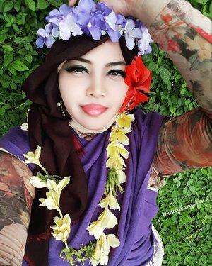🌫🏊🐐🌴🌳🍝🍩 Sun, March 26th, 2017 --- #Aloha !  Being #HulaHulaGirl at #ARFam (Abdul Rodjak BigFamily ) #gathering at #ResortGiriTirtaKahuripan #Purwakarta with my dearest family 😂😂😂 ⛱🏊🌫🍝🌳🌴👑 - - Anyway, my #hootd was inpired by #HawaiianGirl hehe... ngeronce bunga-bunga tropis gituuh... ada yang jadi #flowertiara & ada juga yg jadi #kalungbunga . Pake #PashminaUngu dan sendal jepit ungu #SurferGirl hihi... Nemu aja lagieh #BungaKembangSepatu #Albarosa Merag khas #Hawaii yg melengkapi #BungaKamboja dari Aa dan #BungaKenang dari depan rumahku hihihi. - - #hijabtraveler #clozetteid @clozetteid #fashion #style #modestwear #modestfashion #Hawaiianlook #happyholiday #visitPurwakarta #visitWestJava #travel #traveler #hootd