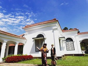 "Thu, July 27th, 2017--- 🌳🌴🌸🏵🌵🍀☘🌱 ""Mi casa grande! "" 🏡🏠🏘 - - - - - 🌲🌱🌳🌿☘🍀🌵🌴🌳 Selesai fisioterapi hari ke -5 di RS Salak Bogor, Aku dan Mama jelong2 ke #Belanda hehehe... ceritanya... inshaAllah nanti benerannya 🙈amiin!... Sambil nunggu Babeh selesai kerja di sana, kami main ke sini... #KebonRayaBogor aka #BogorBotanicalGarden . Menghirup udara segar yg masih bisa ditemuin di #Bogor . 🌳🌴🌵🍀☘🌿🌱🌲 - - - - - - - #clozetteid #hootd #fashion #style #modestwear #turban #modestfashion #headscarf #velvethat #flowerprint #vintagelook #VisitBogor"
