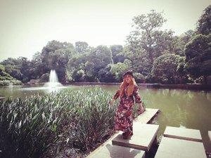 "Thu, July 27th, 2017--- 🌳🌴🌸🏵🌵🍀☘🌱 ""#NoniBelande van Devoc"" 😂😂😂 - - - - - 🌲🌱🌳🌿☘🍀🌵🌴🌳 Selesai fisioterapi hari ke -5 di RS Salak Bogor, Aku dan Mama jelong2 ke #Belanda hehehe... ceritanya... inshaAllah nanti benerannya 🙈amiin!... Sambil nunggu Babeh selesai kerja di sana, kami main ke sini... #KebonRayaBogor aka #BogorBotanicalGarden . Menghirup udara segar yg masih bisa ditemuin di #Bogor . 🌳🌴🌵🍀☘🌿🌱🌲 - - - - - - - #clozetteid #hootd #fashion #style #modestwear #modestfashion #headscarf #velvethat #flowerprint #vintagelook #VisitBogor"