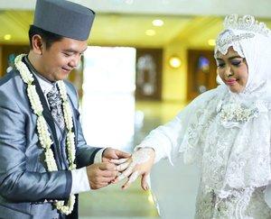 "LATEPOST: 💖💖💖 Saturday, November 18th, 2017 --- ""Thank you my pretty cousin @putri_salsasabila as my #hennaartist for my #weddingday ... suka banget tanganku jadi tambah cantikk 😗💖 . Buat yg suka #hennatattoo dan butuh henna artist, bisa coba kontak Putri ya... tp harus janjian dulu karena jadwal hennanya padat hahaha 😄--At #RoyalWedding : The #King @erdin.saef and the #Queen #HestiHarajuku ---Place: #MasjidAgungAttin #TMII #JakartaTimur Date: Saturday, November 18th, 2017Time : 19.00Photo by : #MitraWangi #WeddingPackage ----#clozetteID #nhkkawaii #KawaiiReporterWedding#modestwear#muslimwedding#hootd#muslimbride#HestiErlanWedding"