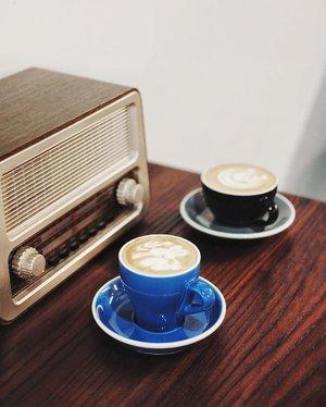 Old school never dies. Happy Wednesday pals!  In frame: ☕ Flat white w/ half shot of espresso ☕ Cappucino 📷 @dav_eat 📍 @seedsdoubletree  #flatwhite #cappucino #coffee #coffeeclubid #coffeetime #cafekelapagading #cafe #instacafe #instacoffee #onthetable #coffeegram #coffeeaddict #coffeebreak #coffeecup #coffeelover #masfotokopi #mbakfotokopi #anakkopi #hobikopi #clozetteid