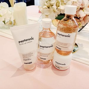 @snpofficial meluncurkan rangkaian produk skincare terbaru mereka yang dinamakan Peptaronic series. Peptaronic ini merupakan singkatan dari  Peptide dan Hyaluronic Acid yang menjadi kekuatan utama produk ini. Ya, Peptaronic mengandung 6 jenis peptide yagn berfungsi untuk merevitalisasi kulit dan 5 jenis HA untuk melembabkan kulit hingga ke lapisan terdalam, bukan hanya di permukaan saja. ⠀⠀⠀⠀⠀⠀⠀⠀⠀ Peptaronic series terdiri dari: - Toner 320 ml: 160k - Serum 220 ml: 160k - Cream 100 ml: 160k - Tone up cream 100 ml: 160k - Sheet mask: 16.5k (menyusul) ⠀⠀⠀⠀⠀⠀⠀⠀⠀ Menurut saya produk ini worth to invest banget karena ukurannya yang buesaarrr banget dan harganya yang relatif terjangkau. Coba aja deh lihat, apa ada serum ukurannya sampai 220 ml? 🤭 ⠀⠀⠀⠀⠀⠀⠀⠀⠀ Selain itu, karena produknya ini dari Korea, bahan2 yang terkandung di dalamnya mostly safe untuk kulit, terutama kulit kering dan kusam. Semua teksturnya nyaman banget pas dicoba pakao, cepat meresap, dan gak lengket atau berminyak sama sekali. Hari ini #snpprep launching di @sociolla dan @watsonsindonesia lho! Dapatkan harga diskon sebesar 20% dengan berbelanja di sana. kuy, cobain gaes.⠀⠀⠀⠀⠀⠀⠀ . . . #beautyinfluencer #beatthealgorithm #skincarecommunity #igskincare #skincarereview #skinessentials #skincareproducts #skinfluencer #skincareobsessed #snppreplaunching  #kbeauty #koreanskincare #peptide #hyaluronic #skincareprep #sheetmask #dailyprep #dailyroutine #abcommunity #asianskincare #abskincare #abbeatthealgorithm #discoverunder5k #rasianbeauty #beautyflatlay #beautyfavorites #skincareblogger #jakartabeautyblogger #clozetteid