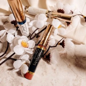 ✨ 𝐋𝐢𝐩 𝐒𝐞𝐧𝐬𝐞 𝐒𝐞𝐧𝐞𝐠𝐞𝐧𝐜𝐞 𝐋𝐢𝐩 𝐂𝐨𝐥𝐨𝐫 ✨Pewarna bibir dengan teknologi spesial yang ketika dipulaskan ke bibir, akan membentuk lapisan kulit tipis. Dapat bertahan selama 4-18 jam, tergantung kondisi kesehatan bibir. Tidak hanya sebagai dekoratif tapi juga memiliki manfaat lip care di dalamnya.✨ 𝐋𝐢𝐩 𝐒𝐞𝐧𝐬𝐞 𝐒𝐞𝐧𝐞𝐠𝐞𝐧𝐜𝐞 𝐋𝐢𝐩 𝐆𝐥𝐨𝐬𝐬 ✨Pelembab khusus dengan shea butter, berfungsi untuk melembabkan bibir dan membantu lip color Lip Sense lebih awet di bibir.Kedua produk ini harus dipakai bersamaan, tidak bisa terpisah. Untuk pertama kali, sangat dianjurkan membeli 1 paket. Setelahnya bisa dibeli terpisah sesuai kebutuhan, mana yang habis duluan.⭐ 𝐈𝐧𝐠𝐫𝐞𝐝𝐢𝐞𝐧𝐭𝐬Mengandung Seneplex complex, sebuah formulasi anti aging yang telah dipatenkan oleh Lip Sense itu sendiri. Jika digunakan secara rutin, dapat membantu meregenerasi sel kulit bibir. Bibir akan jadi lebih sehat, lembab, dan plumpy bahkan terlihat lebih cerah.🧫 𝐓𝐞𝐱𝐭𝐮𝐫𝐞 & 𝐀𝐫𝐨𝐦𝐚Tekstur lip color-nya semi watery yang ringan dan cepat ngeset di bibir, serta ada shimmer-nya juga. Memiliki aroma alkohol yang lumayan pekat dan ada sensasi dingin ketika diaplikasikan.💁♀️ 𝐑𝐞𝐬𝐮𝐥𝐭Saya mempunyai Lip Sense Lip Color yang varian Caramel Latte. Warnanya pink coral yang cantik dan saya sangat suka dengan hasilnya di bibir. Saat pertama kali memakainya, kondisi kulit bibir sedang kering sehingga ada sensasi sedikit perih. Pas saya cek, ternyata lip color ini mengandung alcohol denat sebagai bahan utamanya. Nggak heran aromanya pun cukup menyengat. Namun fungsi alkohol di sini sebagai sterilizer dan akan segera menguap, tidak menempel lama di bibir.Di luar alkohol, saya cukup suka dengan warna yang dihasilkan. Lip color ini bisa dilayer minimal 2x dan maksimal 3x agar warna yang tercipta lebih vivid. Setelah memulaskan lip gloss-nya, bibir jadi lebih lembab tapi tidak lengket. #melsplayroom #lipsense #lipsensesenegence #idskincarecommunity #lipcare #lipproducts #usaproducts #clozetteid #usabrand