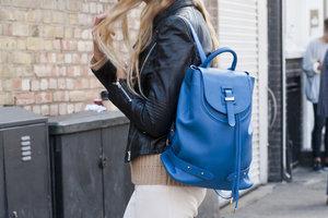 Leather blue bagpack untuk tampilan yang edgy dan sporty.