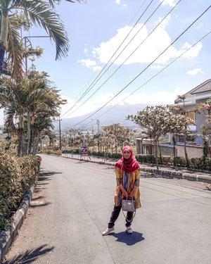 Pertama kali kenal mba @monikajufry sekitar tahun 2006. Saat aku masih bekerja di majalah muslimah. Memperhatikan perjalanan mba Monika sebagai desainer, sungguh luar biasa kontribusinya untuk fashion muslim di Indonesia. Insyaallah dengan sentuhan tangan terampil para desainer fashion muslim di Indonesia seperti mba Monika, trend fashion muslim akan terus berkembang lebih baik. Fashionable namun tetap syar'i. Nah, aku pingin banget punya salah satu koleksi dari mba @monikajufry sebagai kenang-kenangan bahwa dulu… dulu banget… aku pernah mewawancarainya untuk salah satu rubrik di majalah. Hihi. Go go go mba Monika. @muslimfashionfestival@sessa_official@2pose_monikajufry#muffestgiveawaywithmonikajufry#muffest2020#fashion#clozetteid#smartmumsid