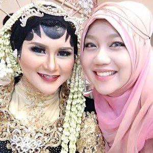 Alhamdulillaah, Barakallah to you 😘. My #bff wearing her #javanese wedding dress 💕#happy #weddingday #wedding #makeupartist #indonesia_photography #indonesia #java #traditional #hijab #hijabwedding #hautecouture #latepost #COTW #clozetteID