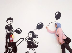 Let your worries blow away. Keep happiness shine ✨ . . . . #mural #muralart #wallart #art #wallpainting #balloon #photoart #quotes #throwback #clozetteid #instapic #instamood #instastory