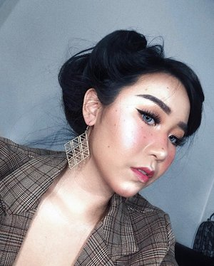 another disco ball makeup look✨ . . . napa frecklesnya jadi kyk cacar ya, but its okay lah. . FACE @makeupforeverid ultra HD foundation - 125  @maybelline age rewind concealer - light @artistry_indonesia perfecting loose powder - light @artistrystudioofficial 2-in-1 lipstick in chelsea coral for inner blush @artistrystudioofficial on-the-go palette in liberty light (brown shade) for the faux freckles (yg gagal jadi cacar) @artistrystudioofficial highlighter . EYES @artistrystudioofficial on-the-go palette in liberty light . LIPS @artistrystudioofficial tinted lip balm in city coral @buxomcosmetics lip cream lip plumping gloss #beatricenathania #makeup #makeuplooks #beauty #sbyglamsquad #clozetteid #beautyindogram #beautybloggerindosia #artistrystudio #artistryindonesia