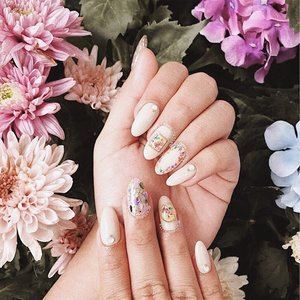 nude girly nails by @carissa_nails, love them so much especially those dried flowers💐 . . . #beatricenathania #clozetteid #carissanails #beatricenathaniaad #nails #nailart #driedflower #nailsofinstagram
