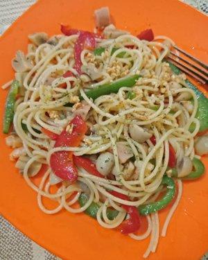 Creation of spaghetti aglio olio homemade by @yustikasalim @_sabatini_paulaa_ and me @funniest_ling 😘😎😝😋.. So nyummy delicious 😉😍😜..Wanna??? 😀😁😂 PS: one kitchen three person, very noisy 😒😑Should we OPEN PO??? 🤔😂.....#spaghetti#aglioolio#spaghettiaglioolio#homemade#creation#clozette#clozetteid#lifestyle#like#likeforlike#nomnom#nyummy#delicious#kitchen#nellyrecipe#nellykitchen#po#openpo#funniestling