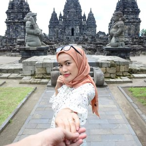 Sometimes, reaching out and taking someone's hand is the beginning of a journey 💖...#jogja #explorejogja #wisatajogja #candisewu #clozetteid